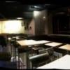 L'intérieur du Wine Bar avec banquettes, chaises, tabourets et tables que nous avons réalisés.