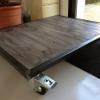 Table basse industrielle en acier brut et bois sur roulettes