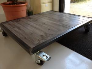 Table basse industrielle en acier brut et bois sur roulettes for Table basse acier bois