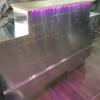 Transformation d'un comptoir avec des tôles en aluminium rivetées, leds multicolores intégrées, pour le salon de coiffure Code VS à Reims