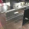 Transformation d'un comptoir ordinaire avec des tôles en aluminium rivetées, salon de coiffure Code VS à Reims