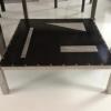 Table basse inox et tôle acier noire avec insert en tôle grillagée inox de 120 x 120 cm