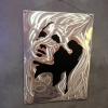 Cadre La Femme en tôle inox découpée, numéroté sur fond noir