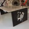 Table avec plateau béton et piétement en tôle découpée et tubes acier noirs, par L'Atelier de Jérôme, Caurel