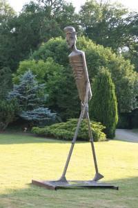 Le Grans Jérômetti, sculpture en 4.10 m de haut en acier laitonné.