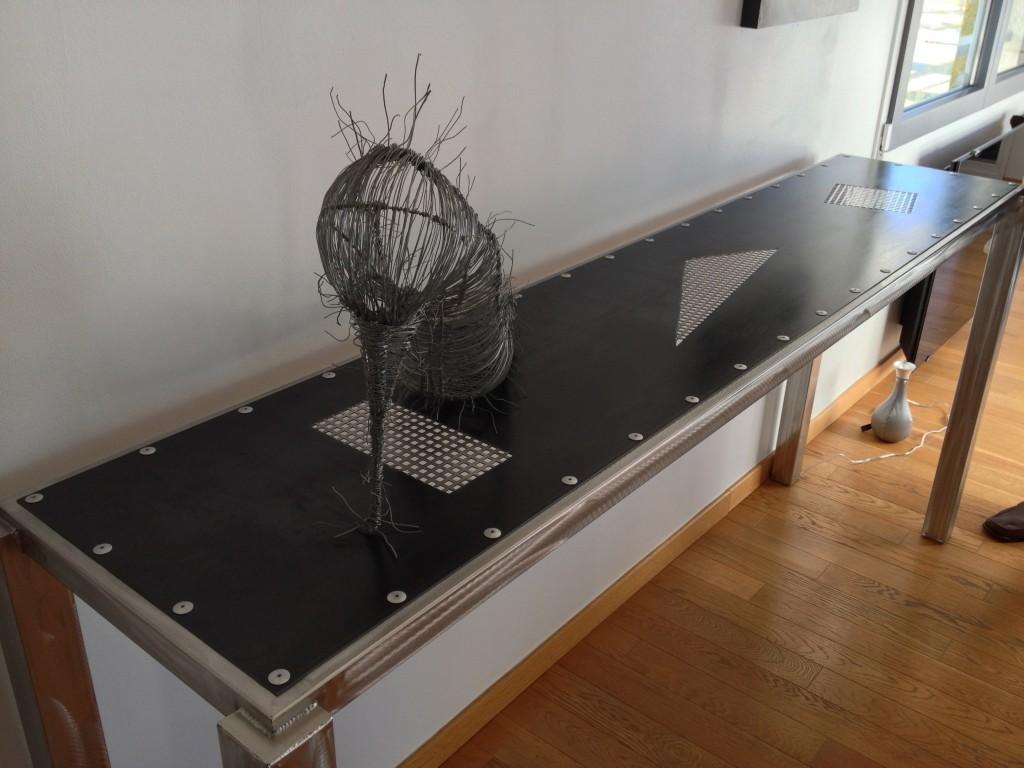 Détail de la console en tube inox et tôle acier noire grillage inox de L'Atelier de Jérôme à Caurel, Marne