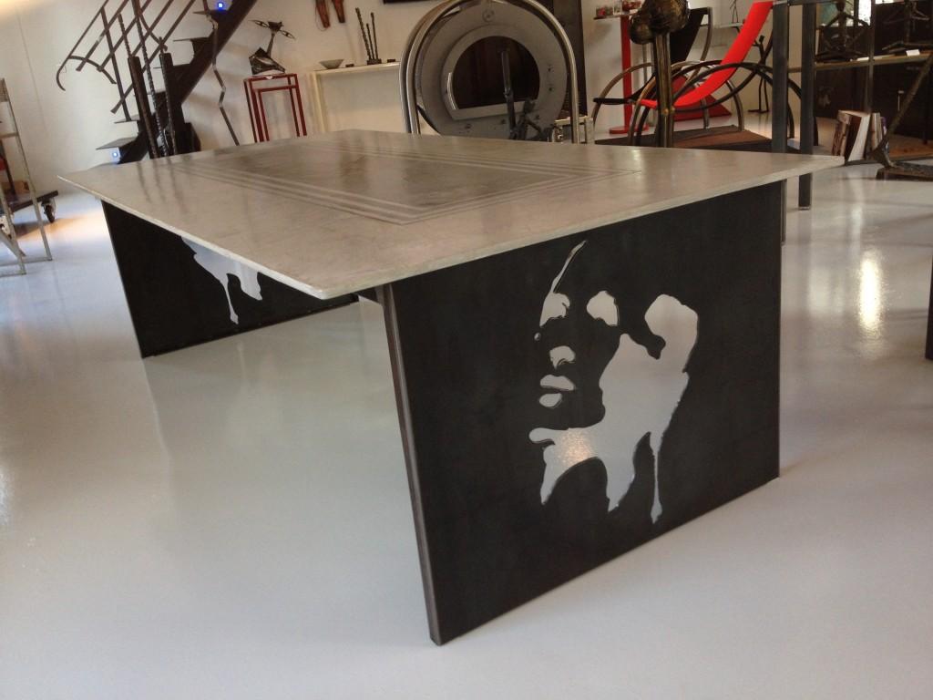 Table avec plateau béton et piétemet en tôle acier brut découpé modèle femme, réalisé par L'Atelier de Jérôme à Caurel dans la Marne