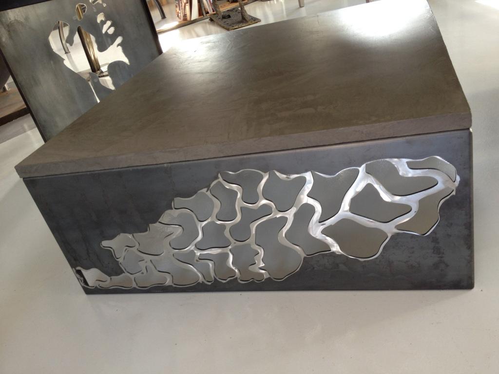 Table basse série dentelle, avec piétement en tôle acier découpé et plateau en béton ciré, réalisé par L'Atelier de Jérôme à Caurel dans la Marne.